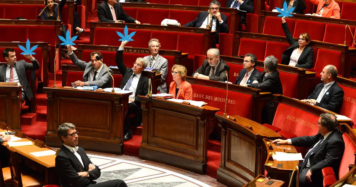 Les bancs des ministres à l'Assemblée Nationale lors d'une séance de vote à main levée - Paris, France.